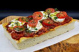 Pizzabroodje mozzarella, tomaat en pesto (zelf afbakken)